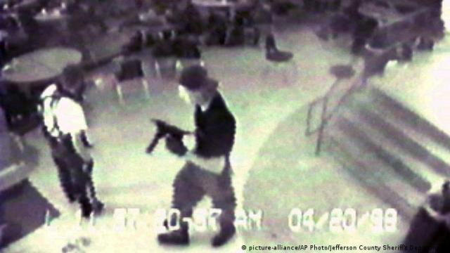 Eric Harris (esq.) e Dylan Klebold em vídeo feito durante o massacre de Columbine