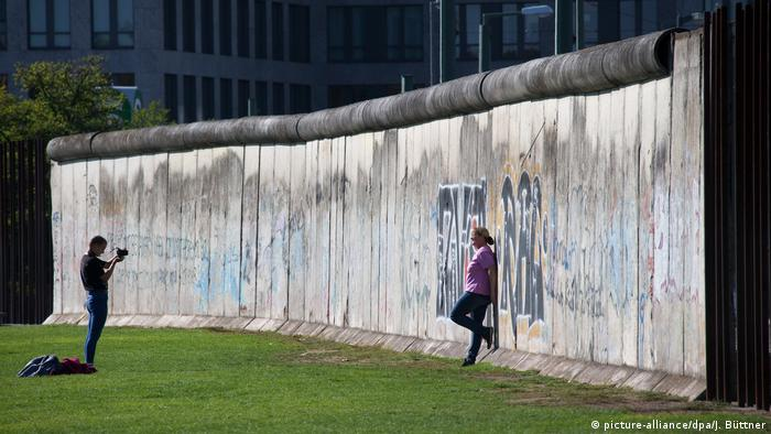 Germany Visitors to the Berlin Wall Memorial (picture-alliance / dpa / J. Büttner)