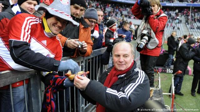 FC Bayern Muenchen-Hertha BSC: Uli Hoeneß verteilt Würstchen an Fans (picture-alliance / Sven Simon / F. Hoermann)