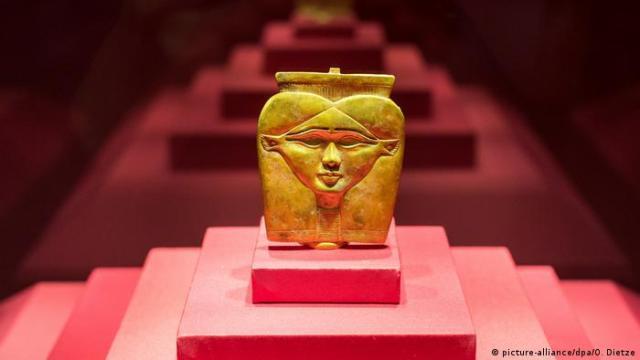 Goldener Stabaufsatz der Göttin Hathor in der Ausstellung PharaonenGold in Völklingen. (picture-alliance / dpa / O. Dietze)