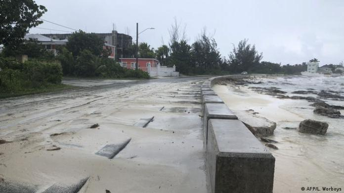 The sand on the coast moved to the sidewalks in Nassau, Bahamas, due to the violence of Hurricane Dorian, which made land there with category 5. The eye of the storm also hit the Abaco Islands, in the northern archipelago of the Bahamas, with devastating winds and torrential rains.