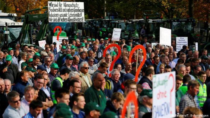 Farmers protesting in Bonn (Reuters/T. Schmuelgen)