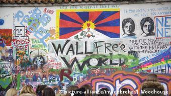 Tourists visit the John Lennon Wall (picture-alliance/imagebroker/J. Woodhouse)