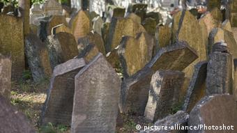 Gravestones at the Old Jewish Cemetery (picture-alliance/Photoshot)