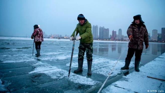 China Harbin cutting ice blocks in the Songhua River (AFP / N. Celis)