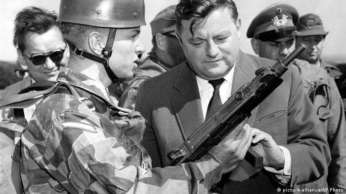 Germany Franz Josef Strauß |  with paratrooper 1959 (picture-alliance / AP Photo)