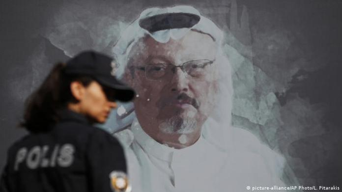 Turkey Istanbul | Police officer in front of Kashoggi picture (picture-alliance / AP Photo / L. Pitarakis)
