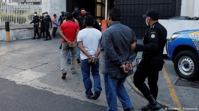 Polizei at Aller Welt set Coronavirus-Sperren durch (Reuters / L. Echeverria)