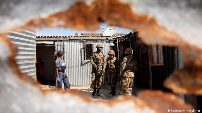 Polizei at Aller Welt set Coronavirus-Sperren durch (Reuters / M. Hutchings)