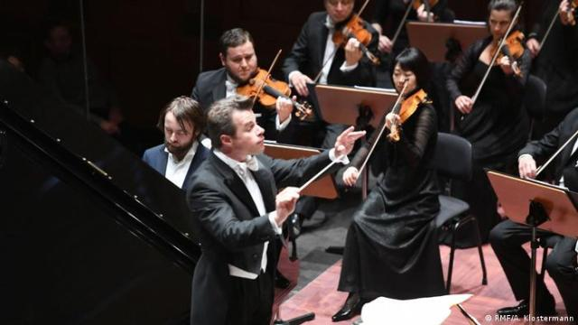 Daniil Trifonov, Jakob Hrusa and the Bamberg Symphony performing at the Wiesbaden Spa House (RMF/A. Klostermann)