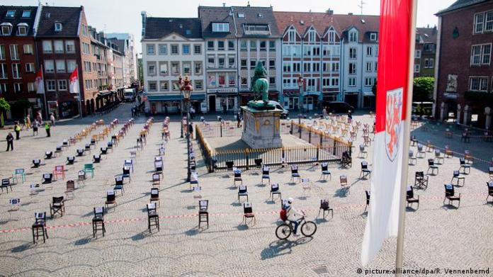 North Rhine-Westphalia, Düsseldorf: An empty chair stands in front of the city hall (picture-alliance / dpa / R. Vennenbernd)