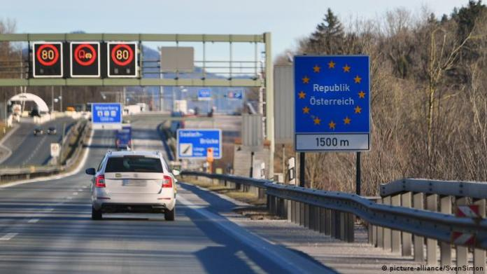 Toll road at the junction between Germany and Austria (picture-alliance / SvenSimon)