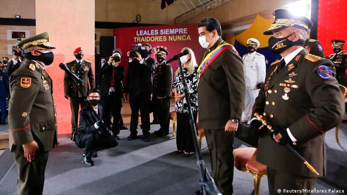 Nicolás Maduro, presidente de Venezuela, con el ministro de Defensa, Vladimir Padrino, en el aniversario de la Guardia Nacional Bolivariana, en Caracas. (4.08.2020).