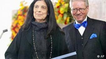Susan Sontag primila je 2003. u Frankfurtu Mirovnu nagradu njemačkih nakladnika i knjižara