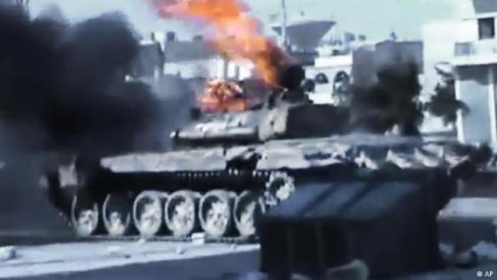 In this image made from amateur video released by the Ugarit News and accessed Monday, July 23, 2012, a Syrian military tank catches on fire during clashes with Syrian government troops in Aleppo, Syria. The Syrian regime acknowledged for the first time Monday that it possessed stockpiles of chemical and biological weapons and said it will only use them in case of a foreign attack and never internally against its own citizens. Aleppo, Syria's biggest city with about 3 million residents, has been the focus of rebel assaults by a newly formed alliance of opposition forces called the Brigade of Unification. (Foto:Ugarit News via AP video/AP/dapd) TV OUT, THE ASSOCIATED PRESS CANNOT INDEPENDENTLY VERIFY THE CONTENT, DATE, LOCATION OR AUTHENTICITY OF THIS MATERIAL