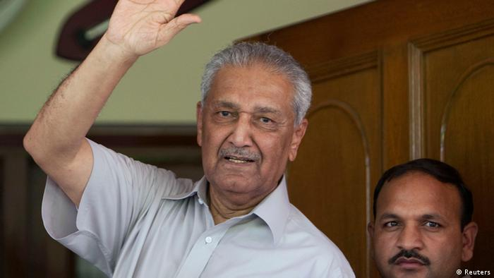 Pakistani nuclear scientist Abdul Qadeer Khan waves to journalists from the front door of his house in Islamabad in this August 28, 2009 (Photo: REUTERS/Mian Khursheed/Files)