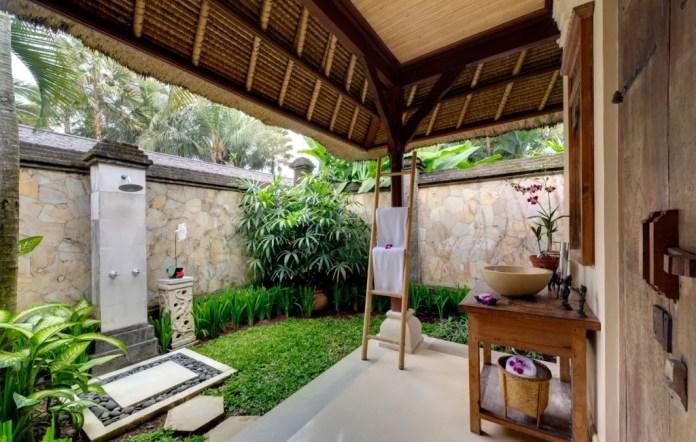 Cottage backyard shower zen style