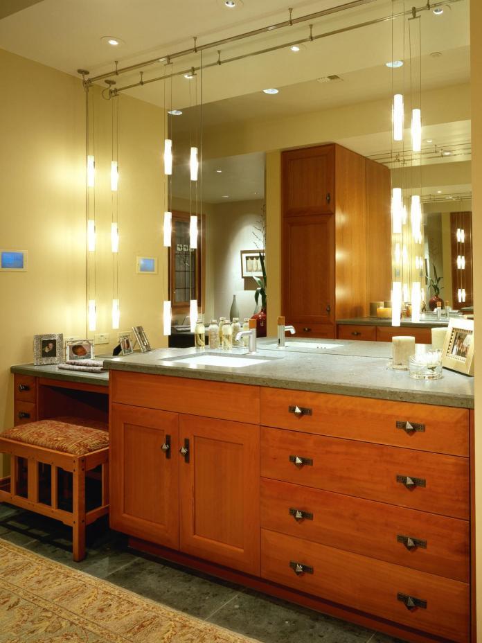 Craftsman Bathroom With Pendant Display