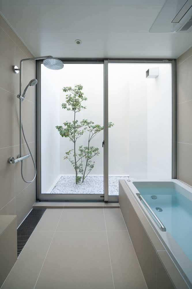 19 - A luxury that sliding glass door to contemplate the view of the bathroom's winter garden.