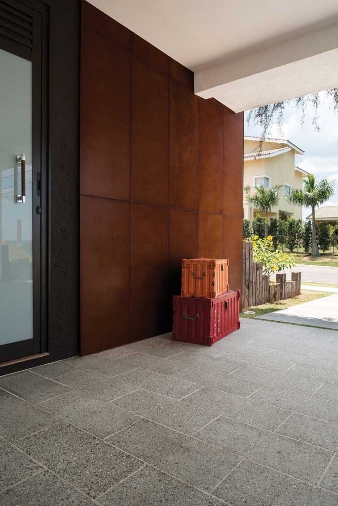 23. Do you want a more elegant exterior decoration Bet on the wall made with corten steel.