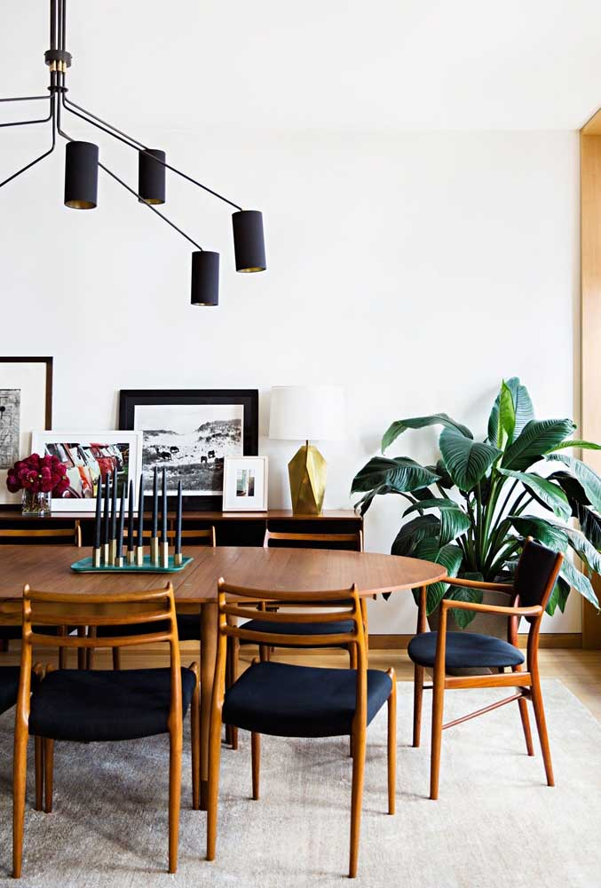 24. Wooden furniture for a super comfortable and cozy dining room.