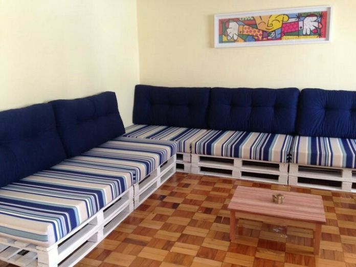 37. Make the composition with two pallet sofas in the corner of the room to accommodate everyone