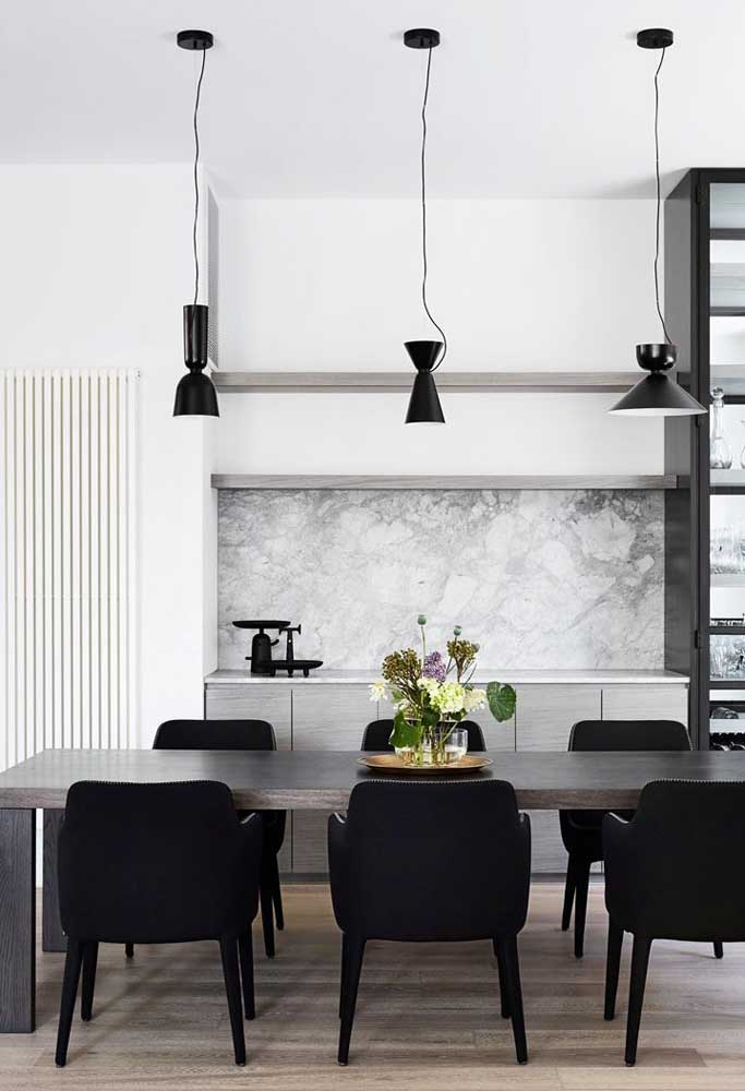39. Black to bring sophistication to the dining room.