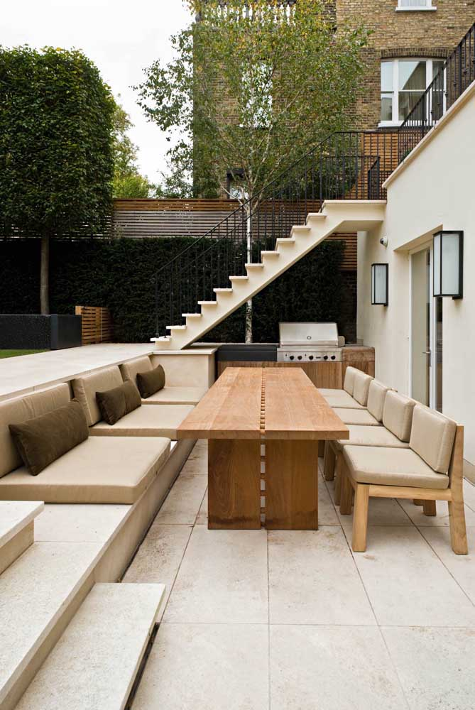 31. If you want to use upholstered furniture in the leisure area with a barbecue, choose waterproof fabrics that are more resistant and waterproof.