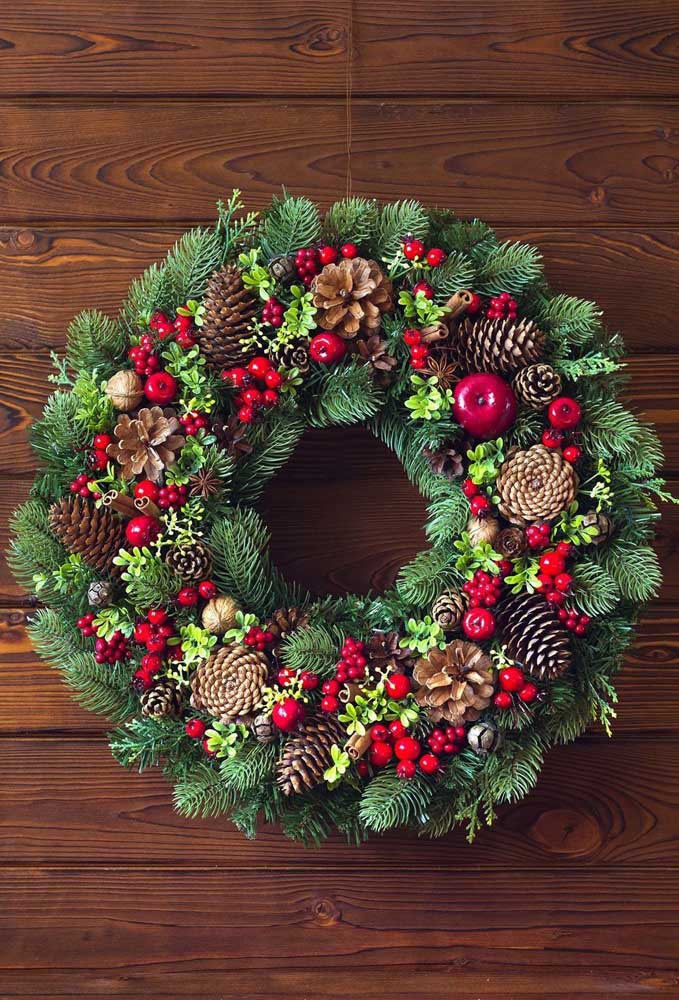 40. Bulky and well decorated, this Christmas wreath is perfect for those looking for a more traditional decoration.