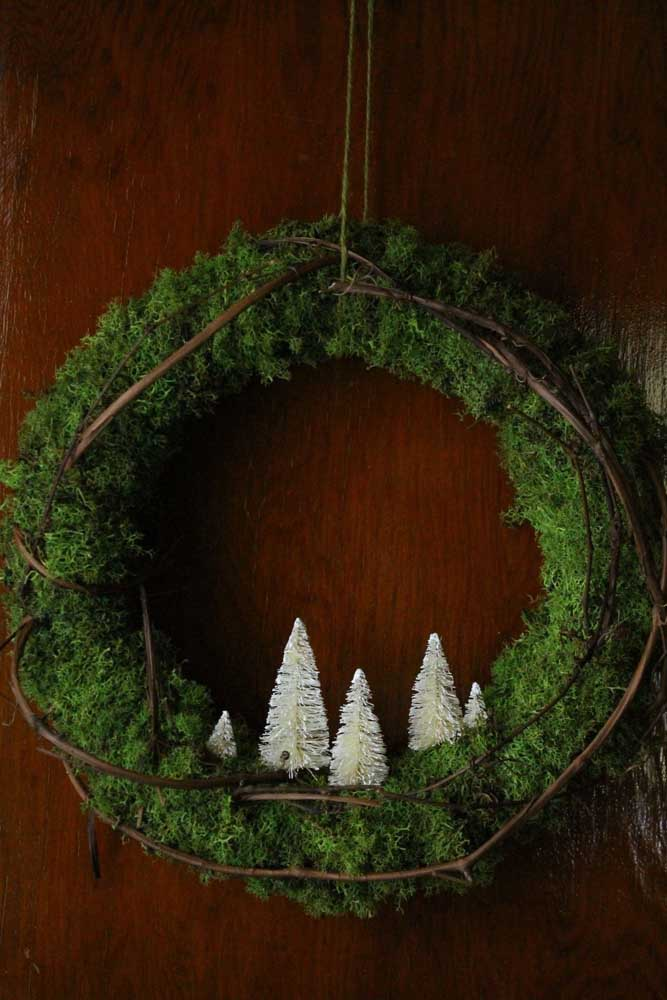 41. This other wreath, on the other hand, has a modern feel and was made only with dry twig, moss and mini pine.