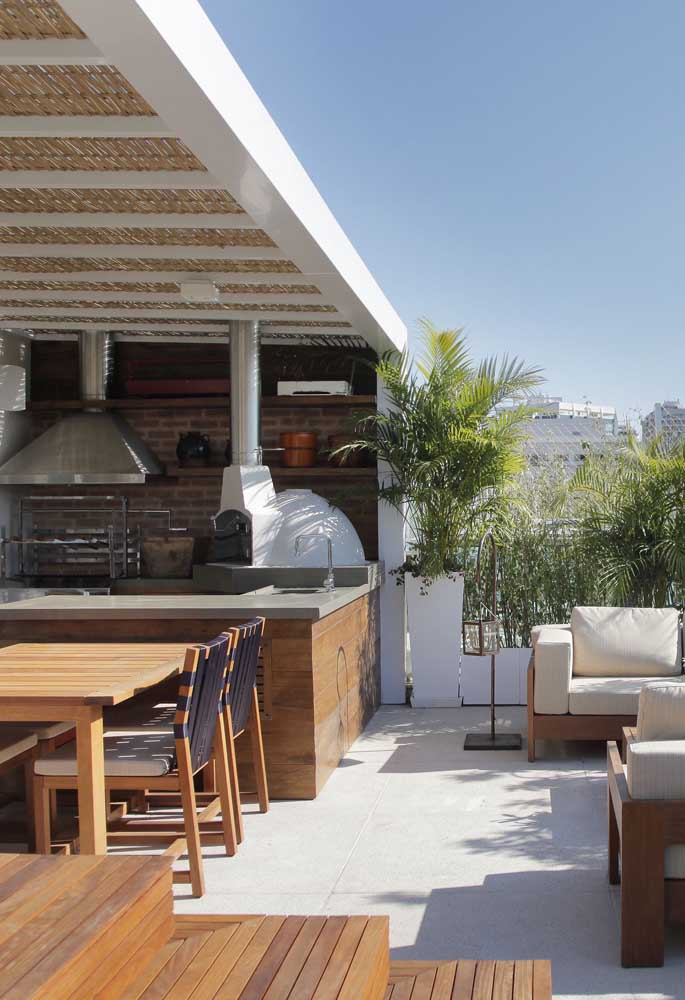 43. Barbecue and wood oven share space in this charming leisure area.