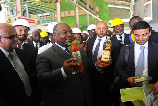 Le président Ali Bongo Ondimba et le DG d'Olam Gabon, Gagan Gupta à l'usine de Mboukou