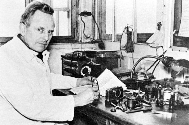 Oskar Barnack e sua Bancada cheia de peças de Leica