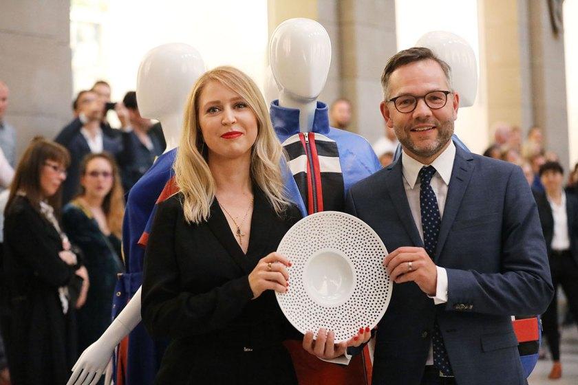 Sonja Litichevskaya, 1. Preis Absolventen European Fashion Award FASH 2017 mit Staatsminister für Europa Michael Roth MdB (von links). Foto: © Bernhard Ludewig / SDBI
