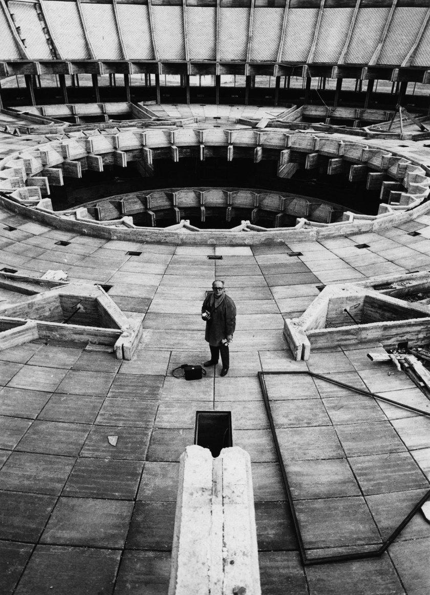 Autor desconocido Francisco Gómez durante la realización de un reportaje en el Centro de Restauraciones Artísticas. Madrid, 1970 Gelatina de plata, copia de época, 18x13 cm © Archivo Paco Gómez / Fundación Foto Colectania