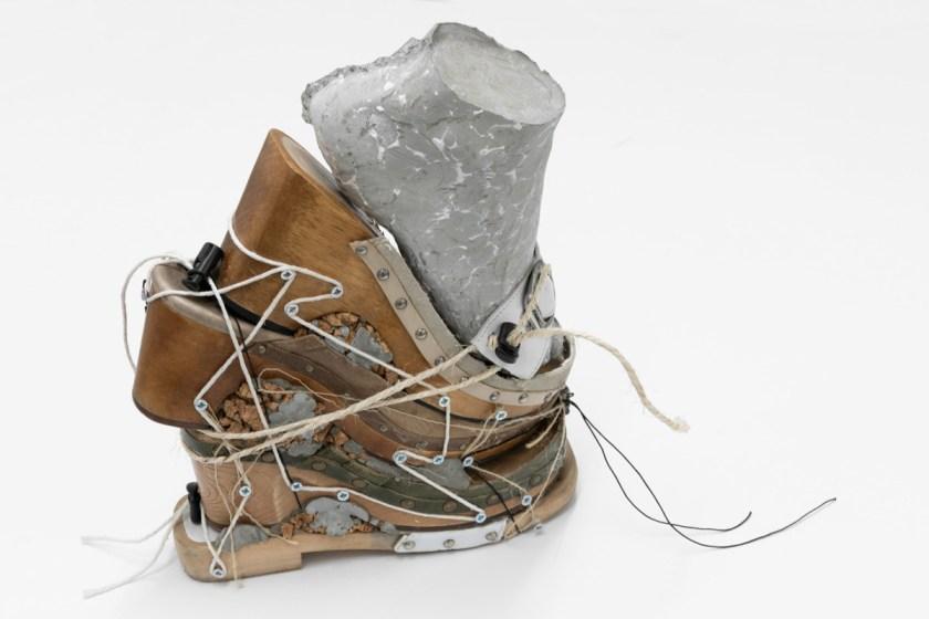Tenant of Culture: Country Styles for the Young, 2020. Zapatos reciclados estilo zueco, cemento, hilo, cuerda y corcho, 31, 5 x 24,5 x 12,5 cm.