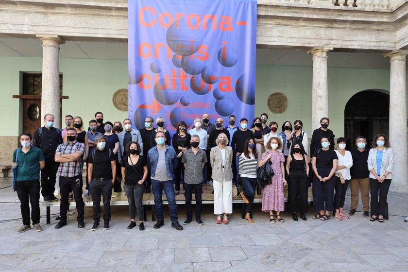 Foto de grupo, organizadores, comisarios, diseñadores e lustradores participantes en Coronacrisis i cultura: propostes de creadors valencians. © La Nau, Centre Cultural - Universitat de València