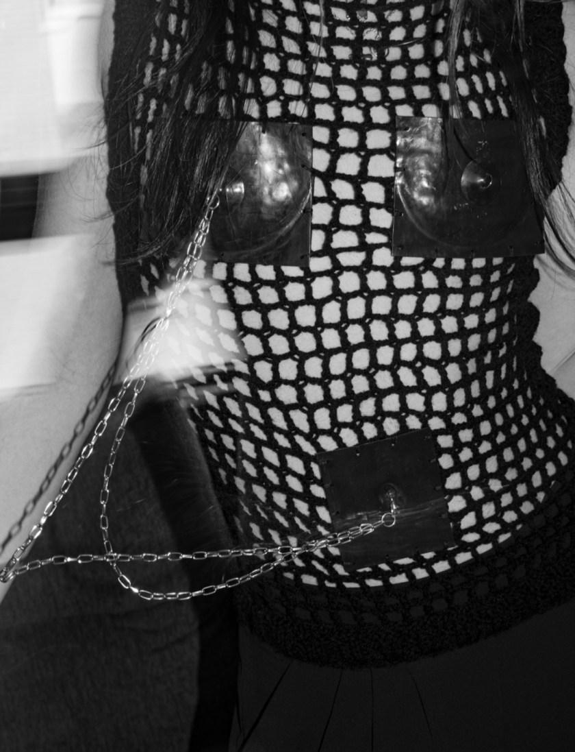 pechos-de-metal-la-armadura-contra-los-estereotipos-09