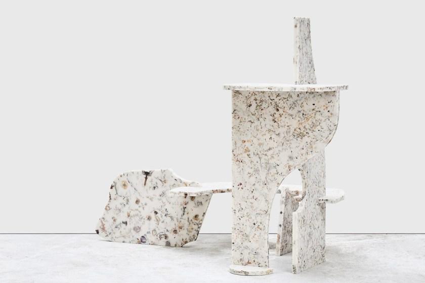 Marcin Rusak trabajando con su material 'White Perma' CORTESÍA: Marcin Rusak y Sarah Myerscough Gallery