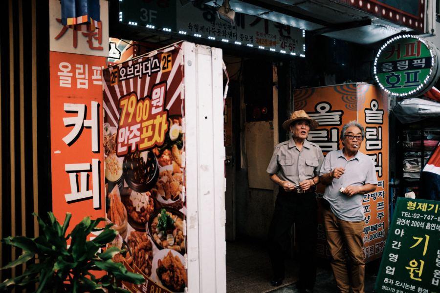 Seoul Street Photography - Jongno-3-ga Gather the Boys