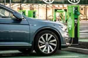 Sähköautokannan kasvu on haaste kiinteistöjen sähköverkoille