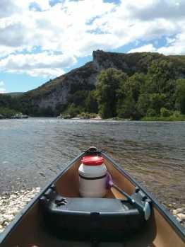 ARDECHE - Campagne de terrain - Mai 2015 : vue sur la pointe du canoë 2 places voguant sur la rivière Ardèche