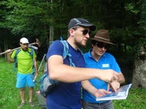 Granulométrie - Clément et Benoît repèrent sur une carte le prochain banc de cailloux à analyser.
