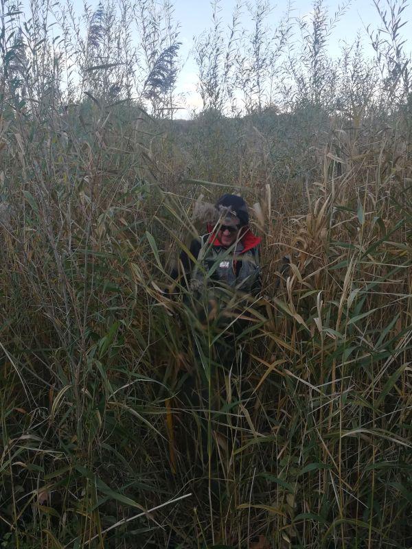Clément MORET-BAILLY prend un point au GPS pour le suivi morphologique et sédimentaire de la Berre dans l'Aude