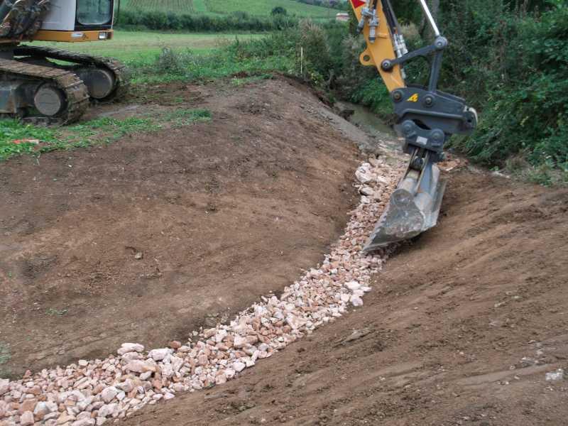 Vue de la Denante en chantier : une pelleteuse creuse le nouveau chenall