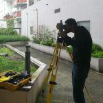 Simon vise le prisme avec notre tachéomètre Géomax – Zipp 20