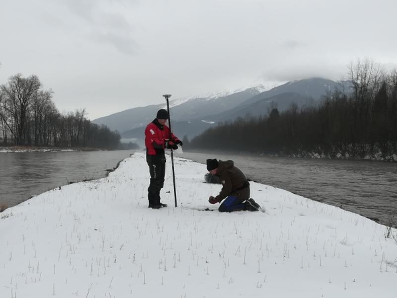 ISERE - banc de Freterive - Loïc et Clément réalisent un prélèvement de fines sur un banc de sédiments de l'Isère