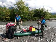 Loïc, Simon et Anaïs préparent le matériel transporté en canoë gonflable pour plus de sécurité. Ils sont équipe de gilets de sauvetage autogonflants ou d'une combinaison intégrale flottable.