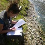 Anaïs prend des notes pour réaliser un IAM (indice d'attractivité morphologique)