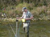 Charles avec le courantomètre pour réaliser un IAM (indice d'attractivité morphologique)